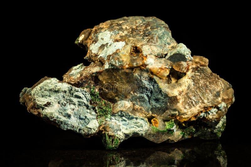Conglomérat avec de la malachite, le quartz et le cavansite photo libre de droits