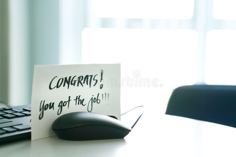 Вы получили работу, слова написанные на конверте стоковые изображения rf