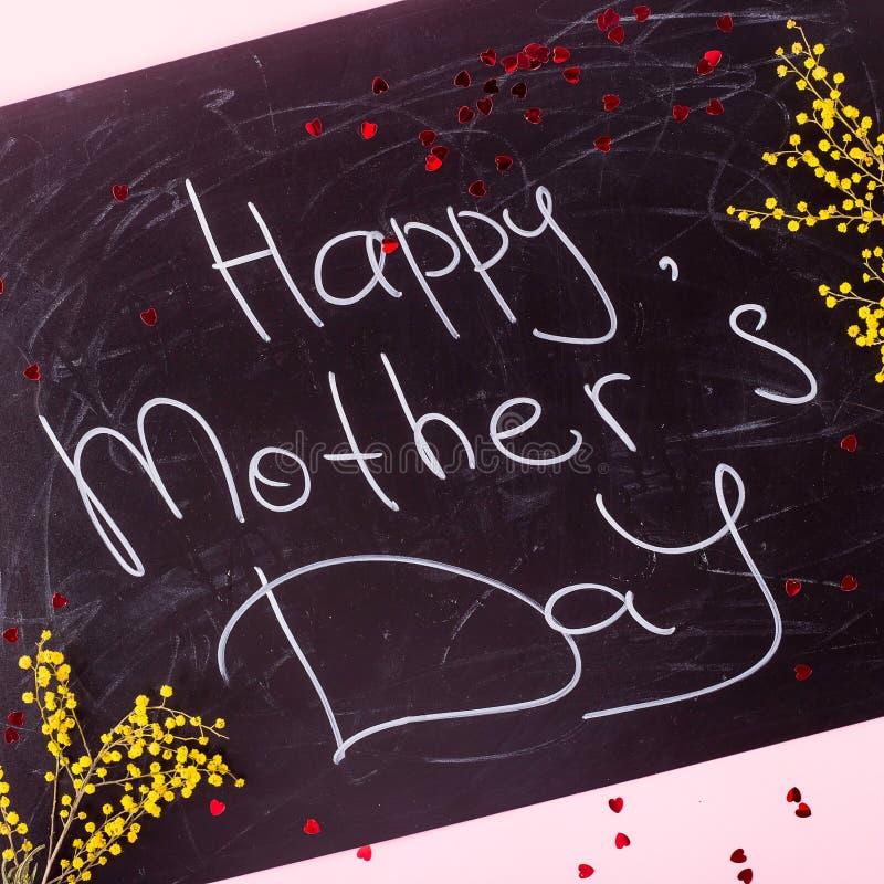 Congratulazioni sul concetto di festa della Mamma - l'iscrizione sul bordo di gesso fotografie stock libere da diritti