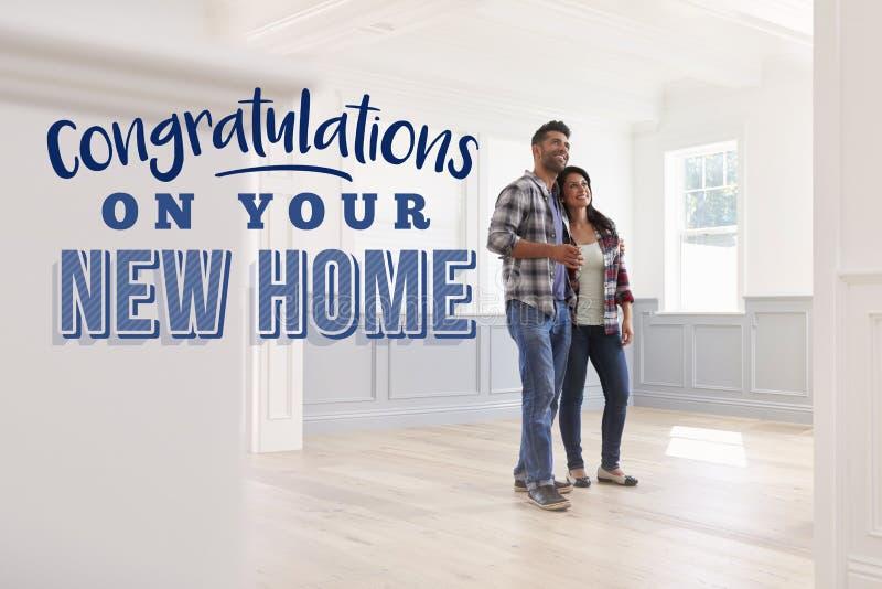 Congratulazioni sulla vostra nuova casa Coppie che si muovono dentro immagini stock libere da diritti