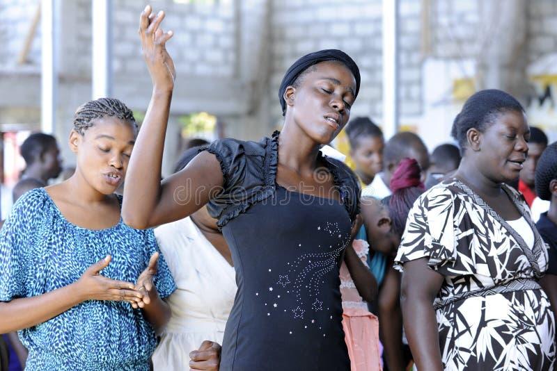 Congregatie het Aanbidden in Haïtiaanse Kerk royalty-vrije stock foto
