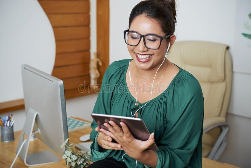 Congreso de negocios en línea sobre la PC de la tableta fotos de archivo libres de regalías