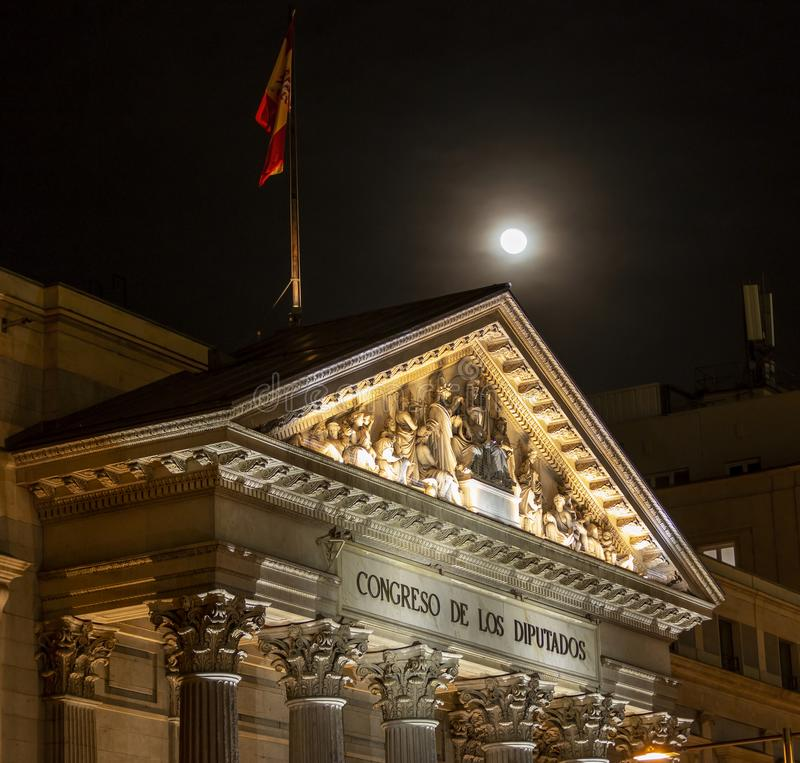 Congresso espanhol dos deputados no Madri, Espanha na noite imagens de stock