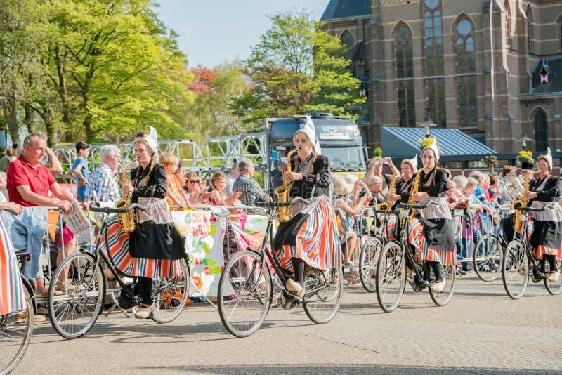Congriegue visten para arriba y montan música performancing de la bicicleta en el beauti fotos de archivo libres de regalías