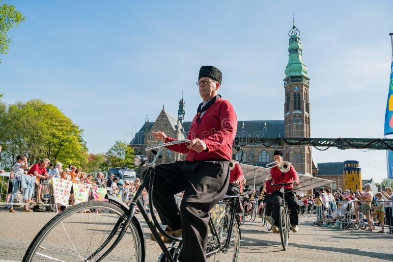 Congriegue visten para arriba y montan música performancing de la bicicleta en el beauti fotografía de archivo libre de regalías