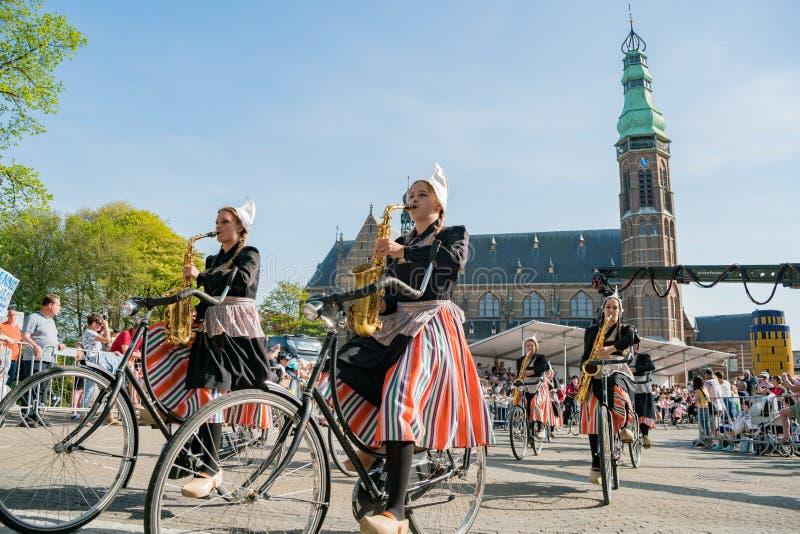 Congriegue visten para arriba y montan música performancing de la bicicleta en el beauti imágenes de archivo libres de regalías