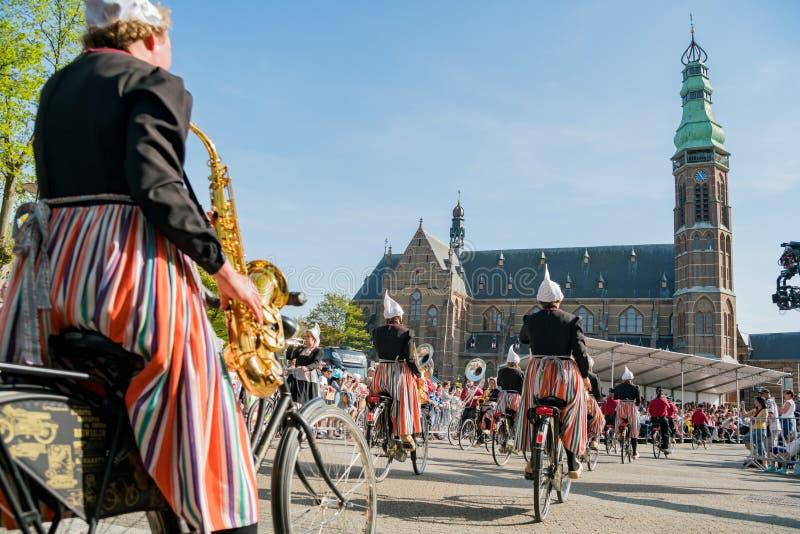 Congriegue visten para arriba y montan música performancing de la bicicleta en el beauti imagen de archivo
