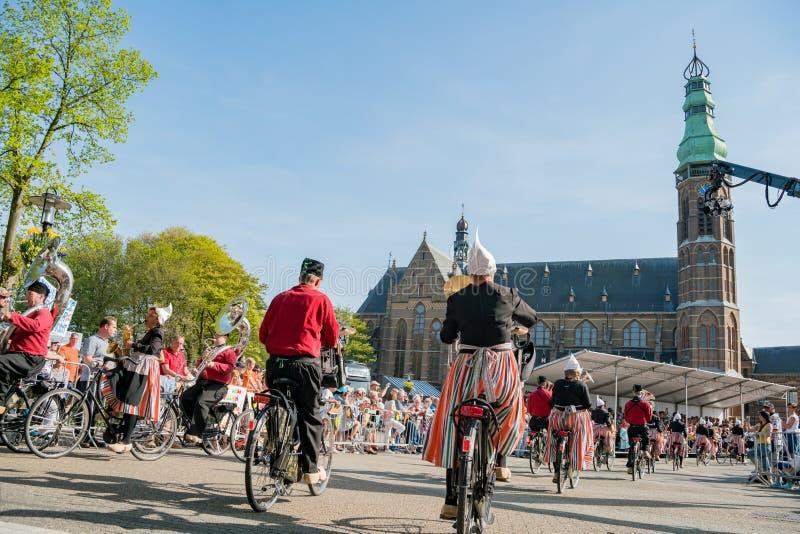 Congriegue visten para arriba y montan música performancing de la bicicleta en el beauti foto de archivo