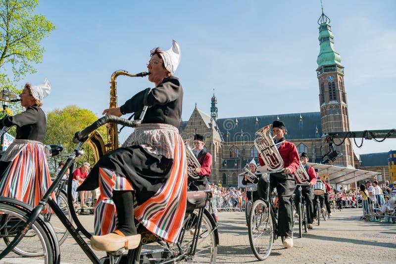 Congriegue visten para arriba y montan música performancing de la bicicleta en el beauti foto de archivo libre de regalías
