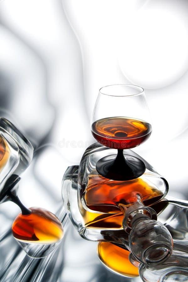 Aguardente (uísque), conhaque em uma garrafa e vidro imagem de stock