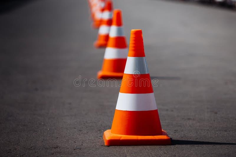 Coni arancio luminosi di traffico immagini stock