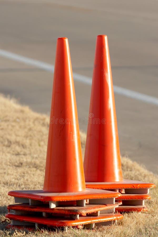 Download Coni arancioni di traffico fotografia stock. Immagine di attesa - 450070