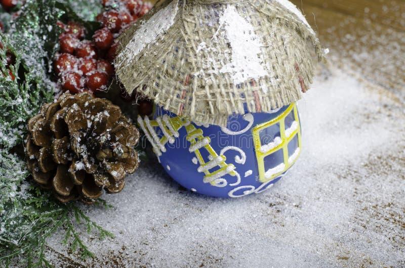 Coni e bacche della casa di Natale fotografie stock