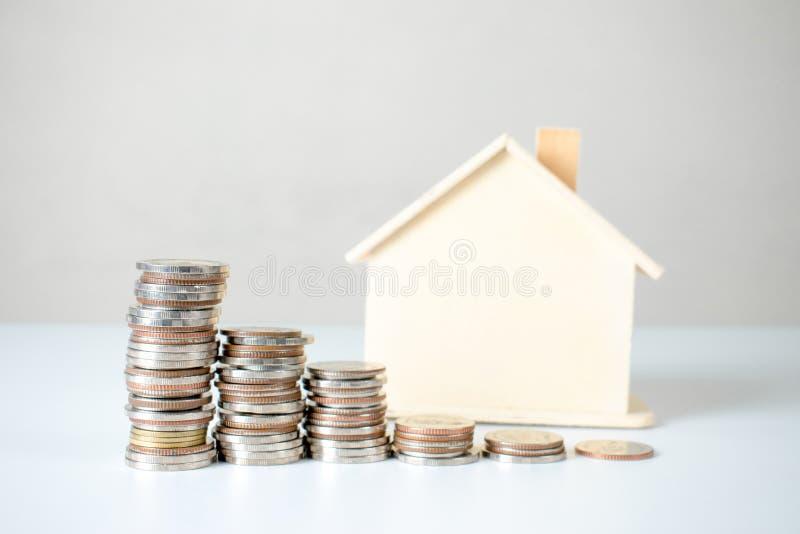 Coni la pila e le piante della casa Investimento della propriet? e concetto finanziario di ipoteca della casa fotografia stock libera da diritti