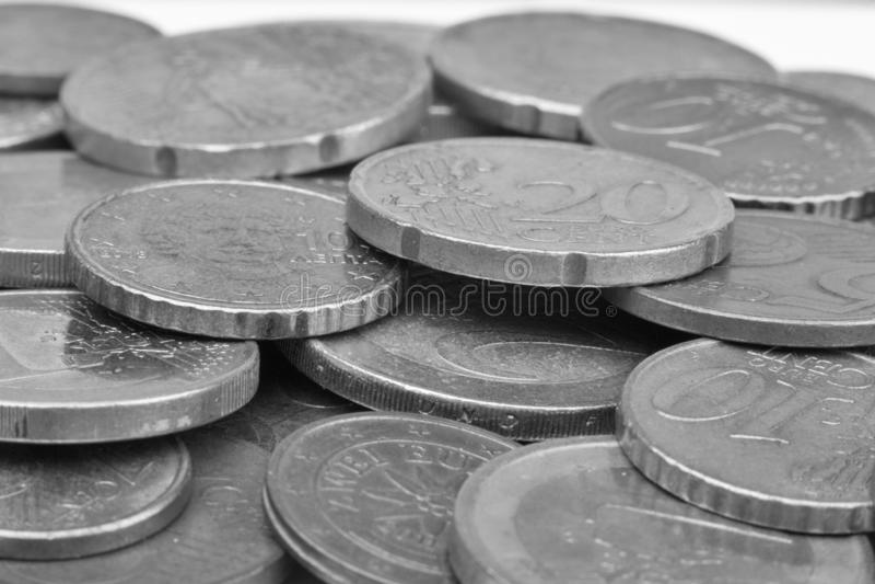 Conia la priorit? bassa Euro monete Monete del centesimo immagine in bianco e nero del fuoco selettivo degli euro centesimi fotografia stock