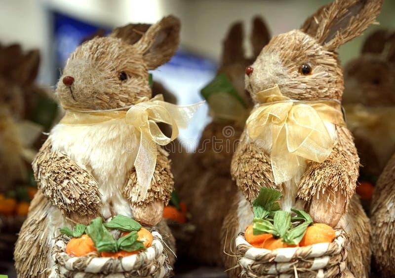 Coniglietti della molla della paglia fotografia stock libera da diritti