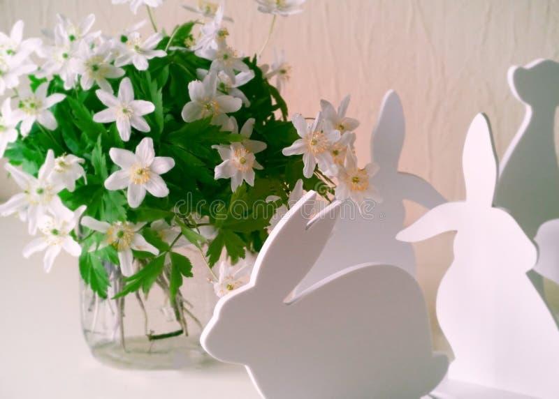 Coniglietti di pasqua con i fiori della molla fotografia stock libera da diritti