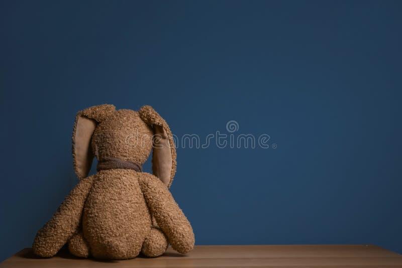 Coniglietto abbandonato del giocattolo sulla tavola fotografia stock libera da diritti