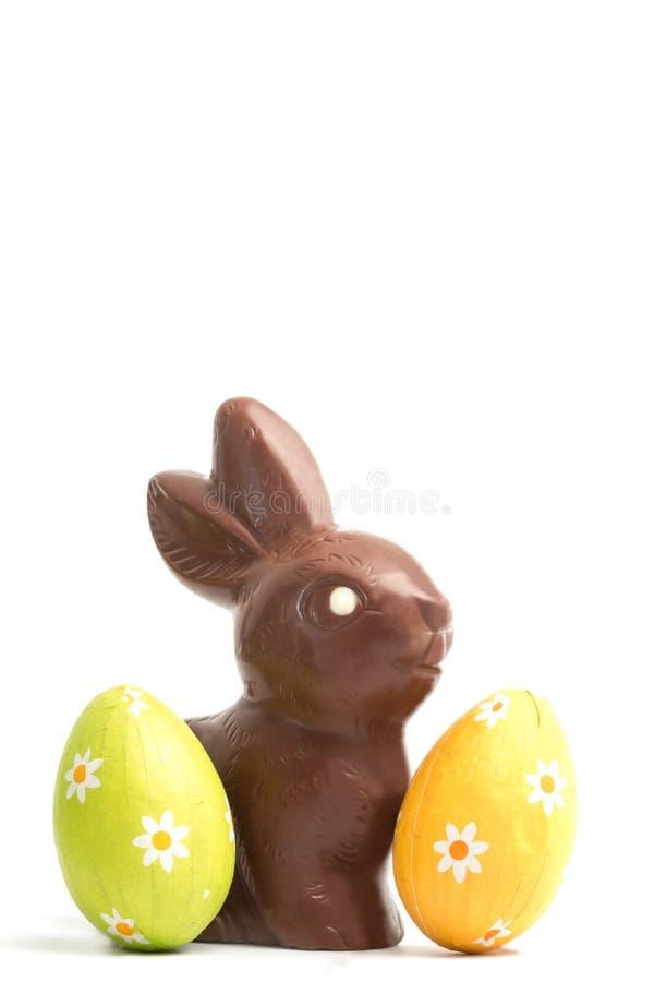 Coniglietto del cioccolato con due uova di Pasqua fotografia stock libera da diritti
