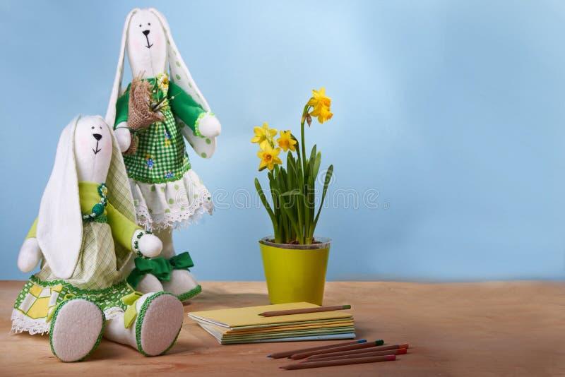 Coniglietto della molla di Tilda con il narciso fotografia stock