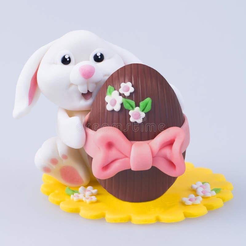 Coniglietto di pasqua casalingo con l'uovo fotografia stock libera da diritti