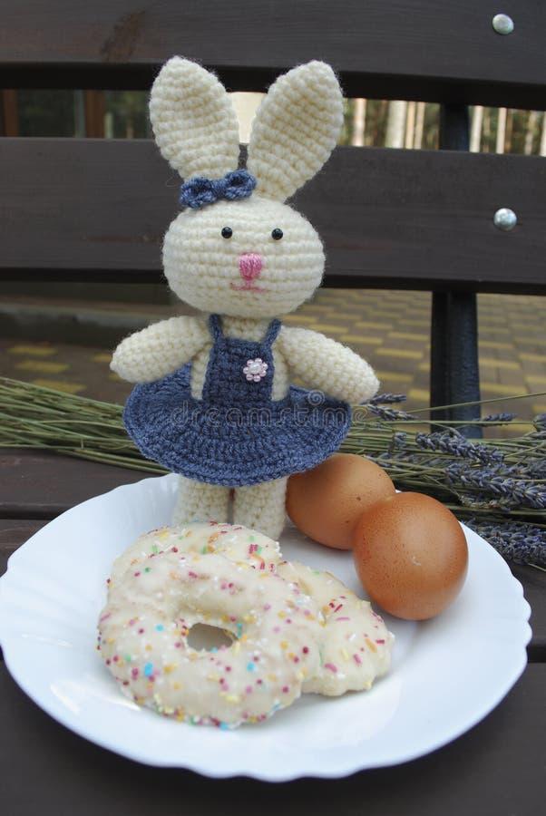 Coniglietto di pasqua con le uova, biscotti, ramo della lavanda fotografia stock