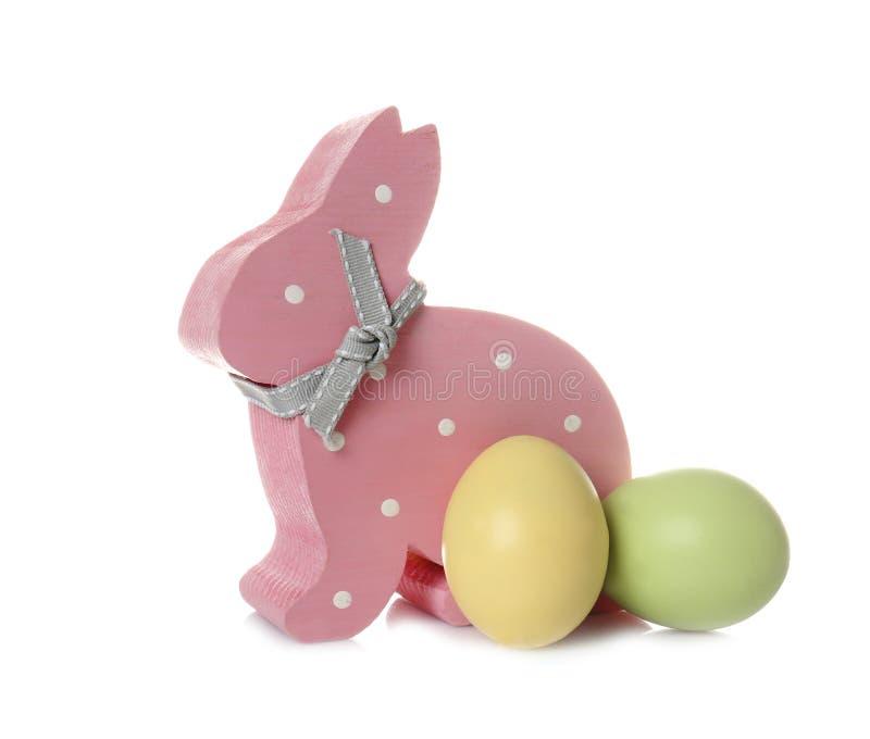 Coniglietto di pasqua di legno sveglio ed uova tinte fotografie stock libere da diritti