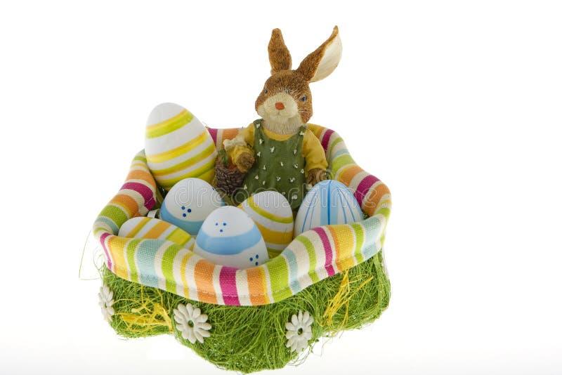 Coniglietto di pasqua nel nido con le uova immagine stock libera da diritti