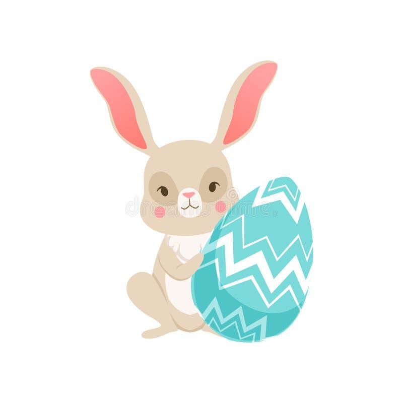 Coniglietto sveglio del fumetto che si siede tenendo uovo blu, carattere divertente del coniglio, illustrazione felice di vettore royalty illustrazione gratis
