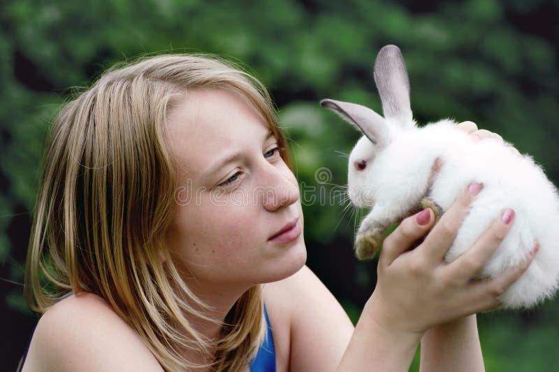 Coniglio di Pasqua in mani della ragazza immagine stock libera da diritti