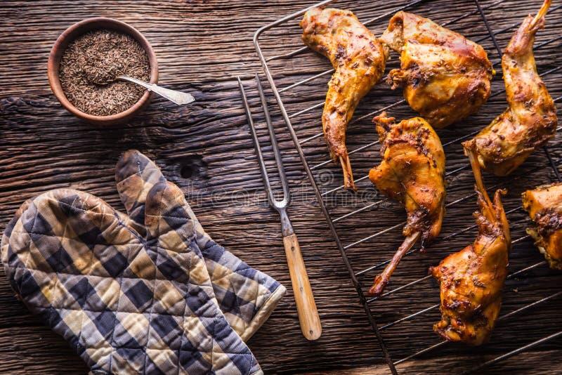 Coniglio Fette arrostite del coniglio con le spezie americane sale dell'aglio delle patate, il cumino del pepe e la birra alla sp immagini stock