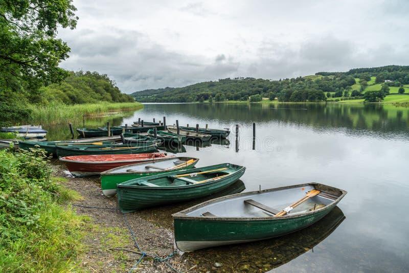 CONISTON WATER, MEER DISTRICT/ENGLAND - 21 AUGUSTUS: Roeiende Boten royalty-vrije stock foto
