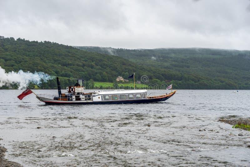 CONISTON WATER, MEER DISTRICT/ENGLAND - 21 AUGUSTUS: Stoomjacht stock fotografie