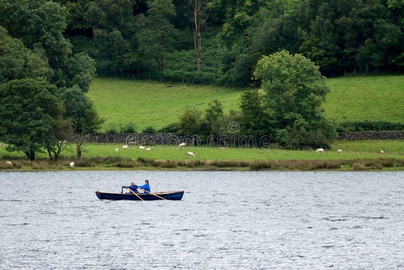 CONISTON WATER, MEER DISTRICT/ENGLAND - 21 AUGUSTUS: Twee mensen i stock fotografie