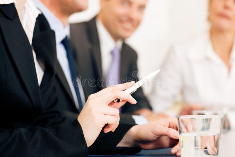 Conjoncture économique - équipe lors du contact photographie stock libre de droits