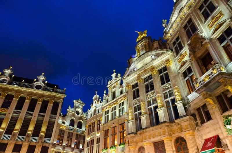 Conjunto arquitetónico de Grand Place famoso na iluminação de noite, Bruxelas, Bélgica fotos de stock