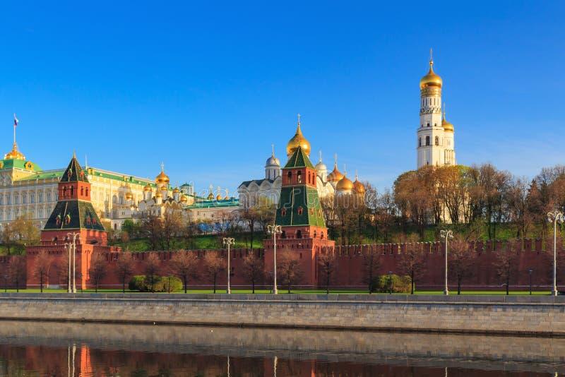 Conjunto arquitetónico de Kremlin de Moscou em uma manhã ensolarada da mola fotografia de stock royalty free