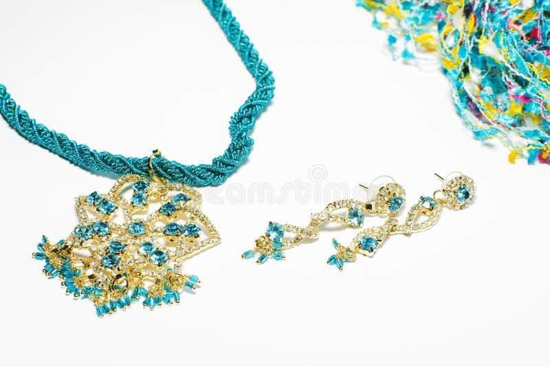 Conjunto azul de la joyería de traje aislado en blanco foto de archivo libre de regalías