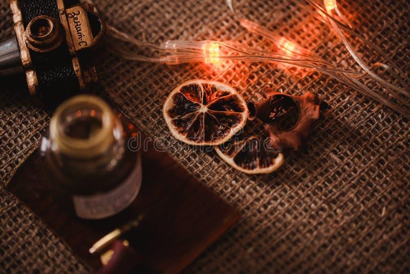 Conjunto caligráfico El tenedor de la pluma de la caligrafía, la pluma y la tinta del oro en fondo del vintage con Año Nuevo se e imagen de archivo