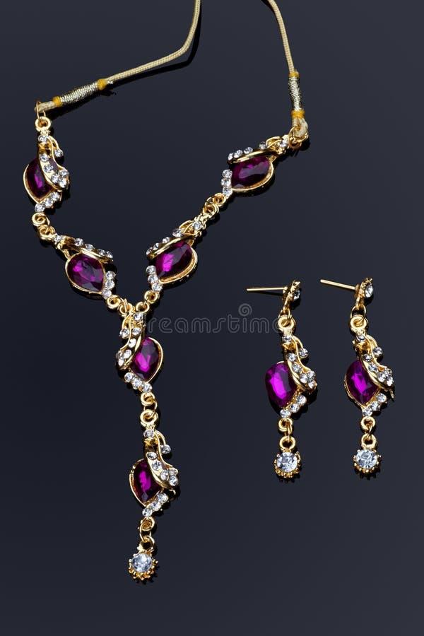 Conjunto coloreado púrpura del collar de diamante fotos de archivo libres de regalías