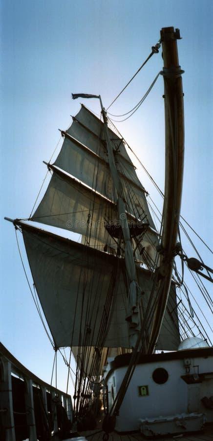 Conjunto completo de velas do navio alto equipado quadrado do mastro da prisão militar dois foto de stock