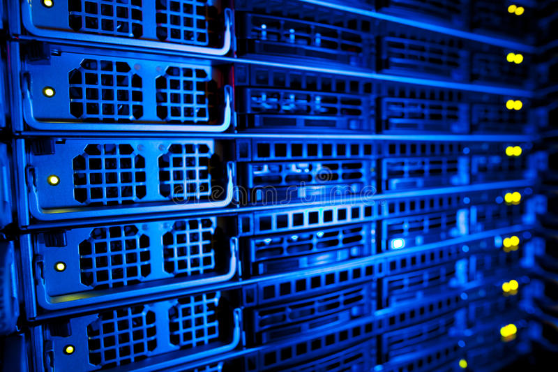 Conjunto da cremalheira do server em um centro de dados