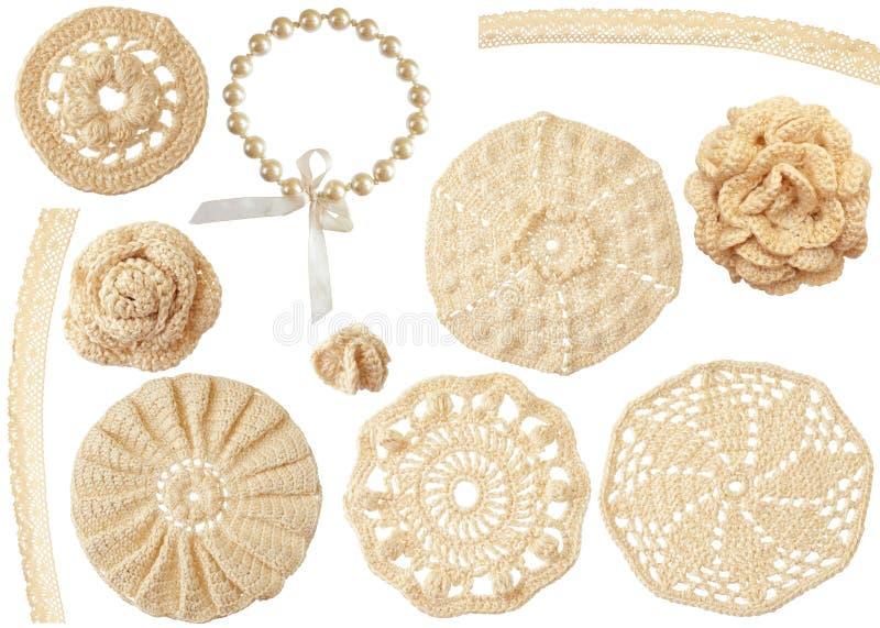 Conjunto de adornos hechos a mano del ganchillo aislados en blanco fotografía de archivo libre de regalías