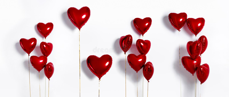 Conjunto de balones de aire Manojo de globos en forma de corazón de la hoja del color rojo aislados en el fondo blanco Amor foto de archivo