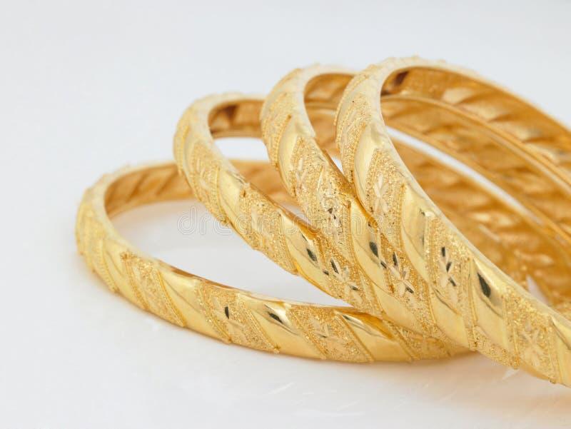 Conjunto de brazaletes del oro imagen de archivo