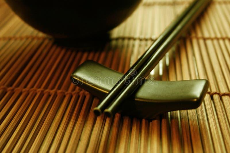 Conjunto de cena asiático - palillos y tazón de fuente imagen de archivo libre de regalías