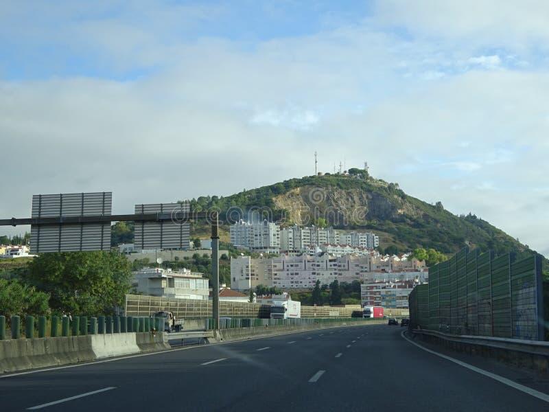 Conjunto de construções ao longo de uma estrada com matiz do céu azul foto de stock royalty free