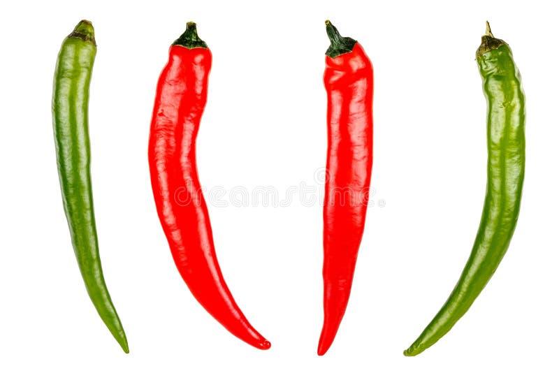 Conjunto de dois cápsulas vermelhas e duas verdes de pimenta picante isolada em fundo branco foto de stock