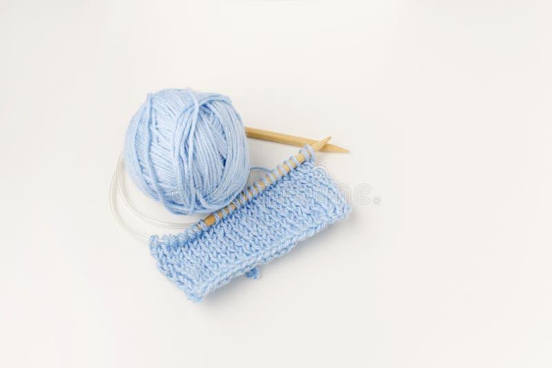Conjunto de fios de lã, crochê, agulhas de tricô fotos de stock royalty free