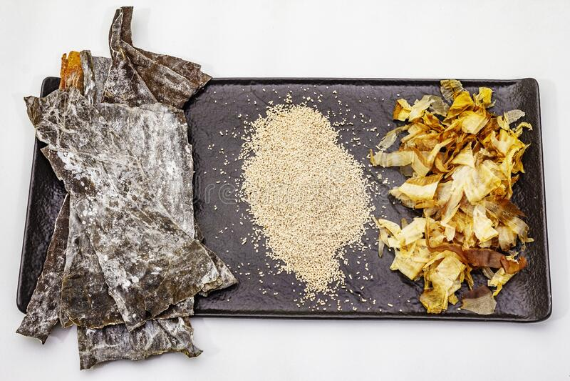 Conjunto de ingredientes japoneses tradicionales para cocinar caldo dashi básico Algae kombu, katsuobushi y gránulos secos acabad foto de archivo libre de regalías